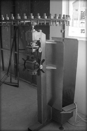 Masina za svece koja ekstrudira parafinske i vostane svece precnika od 6 do 20mm.